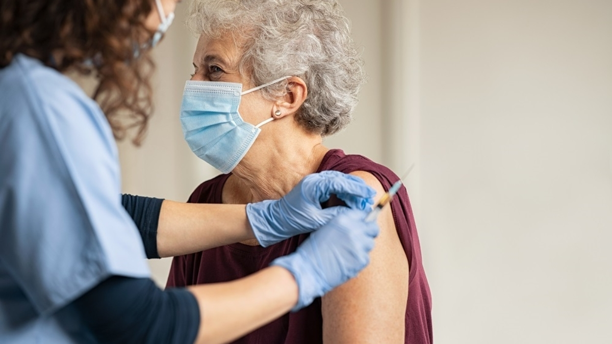 covid-19-vaccination-personne-agee