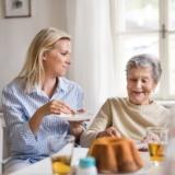Dame de compagnie et personne âgée