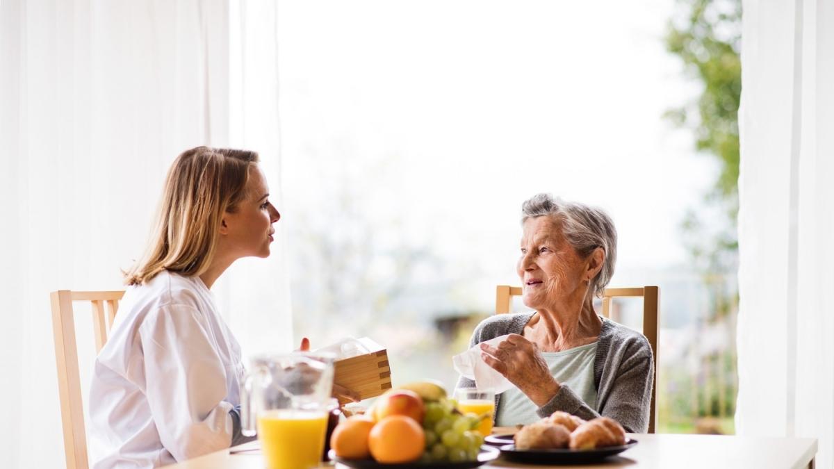 Personne âgée prenant son repas