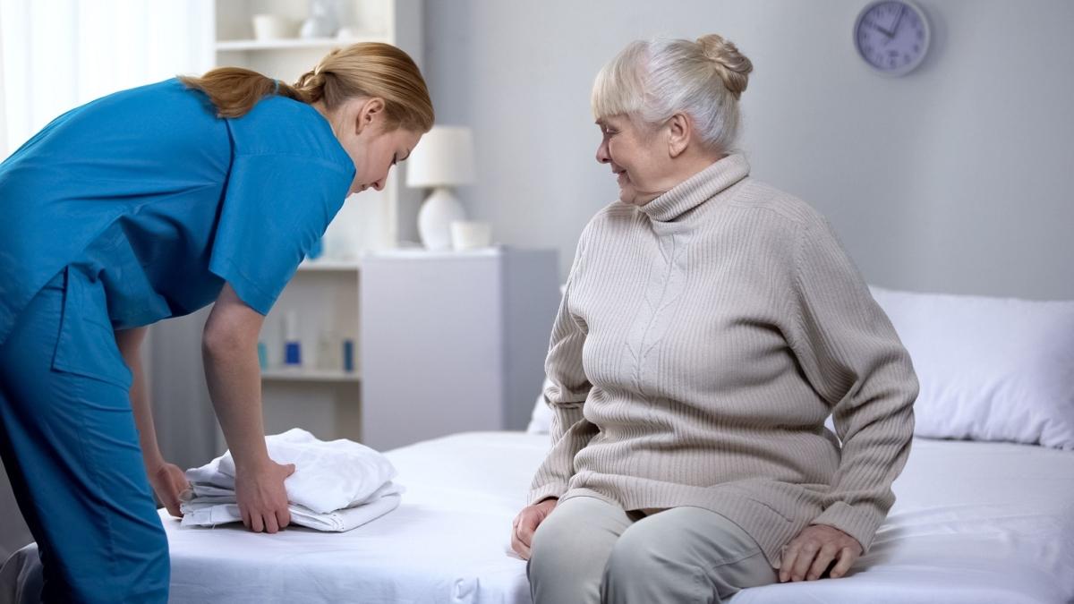 aide ménagère et personne âgée